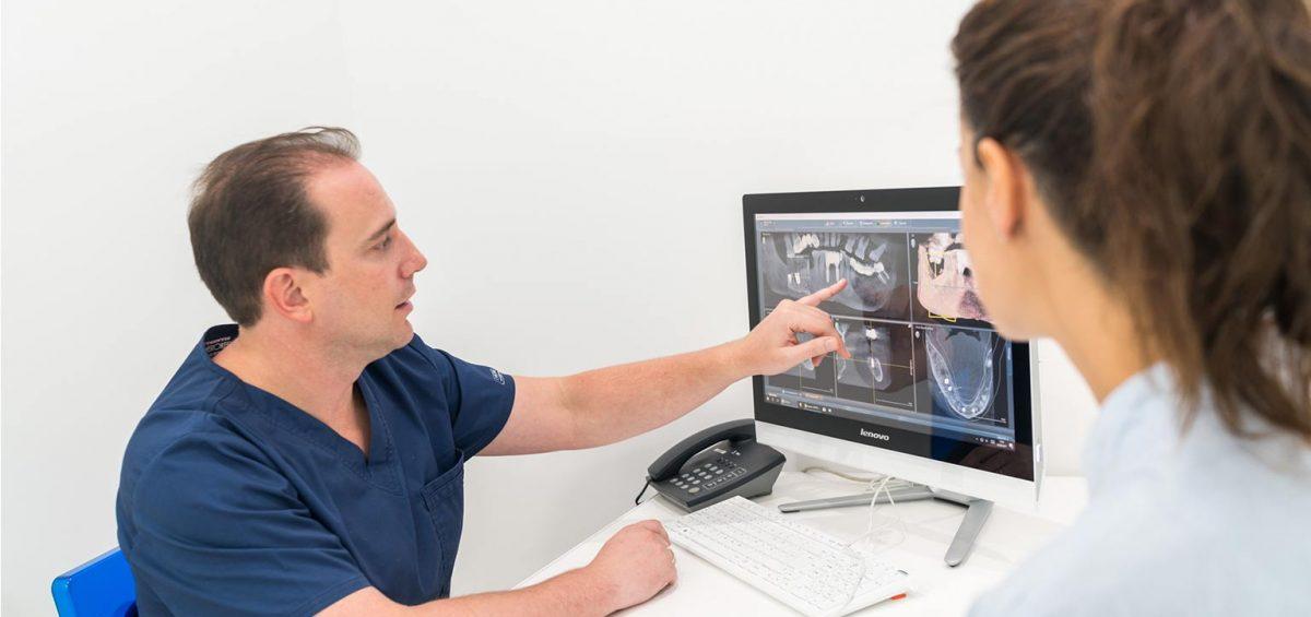 doctor enseña tratamiento para encías inflamadas